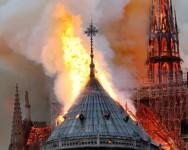 Gereja besar di Paris Notre-Dame terbakar